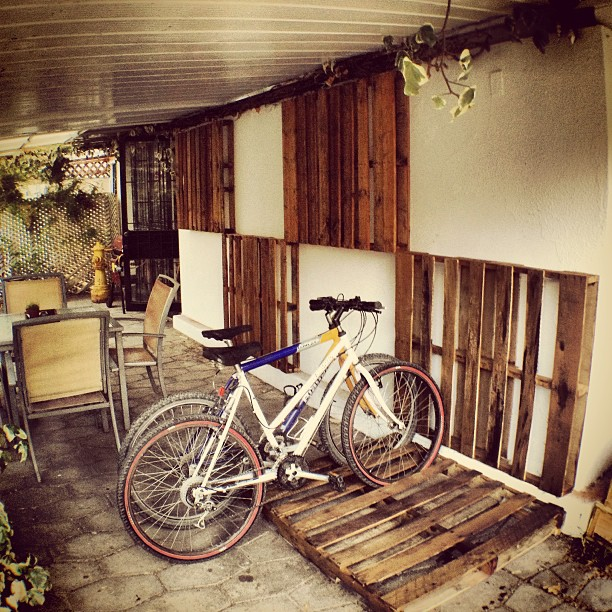bike-holders-wall-decorations-from-pallet